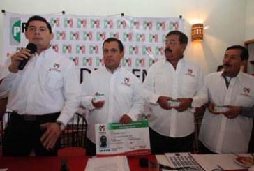 Ex alcaldes panistas se suman al PRI; otro al Panal