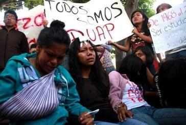 Estudiantes desalojados exigen castigo a policías municipales