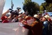 Chocan movilizaciones en contra y a favor de Peña Nieto