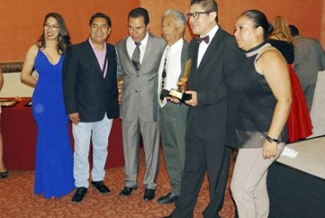 Recibe Abel Pérez Premio Pluma de Oro 2019