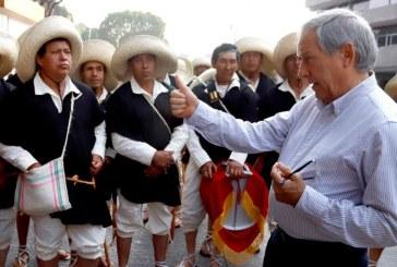 Aprovecha Cárdenas desfile y hace campaña